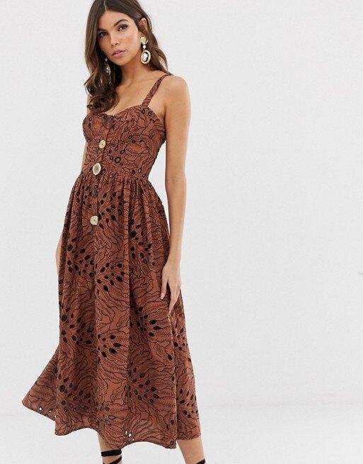 девушка в длинном платье на пуговицах