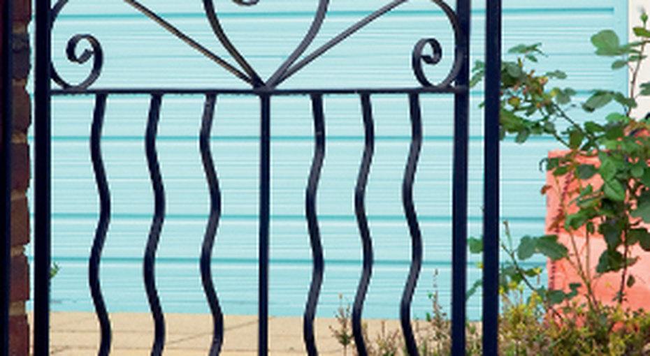 Практичное решение: красим забор