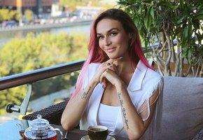 Берем на заметку: 4 ярких образа Алены Водонаевой с юбкой-карандаш