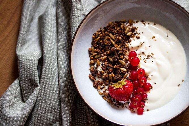 Йогурт с гранолой и ягодами, какие продукты ускоряют метаболизм