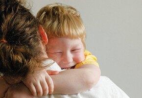 Сердце разрывается: после 15 месяцев разлуки малыш наконец увидел бабушку