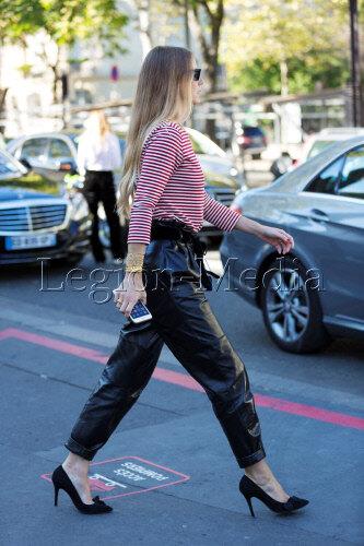 Девушка в кожаных брюках