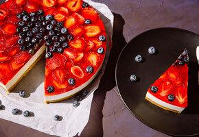 Рецепты звезд: Юлия Савичева готовит нежнейший муссовый сливочно-ягодный торт