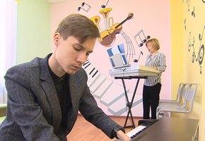 Наш Ник Вуйчич: 19-летний сирота из Казани сам научился играть на фортепиано без пальцев рук