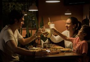 «Муж проводит праздники с прежней семьей»: 4 сложных истории и советы психолога