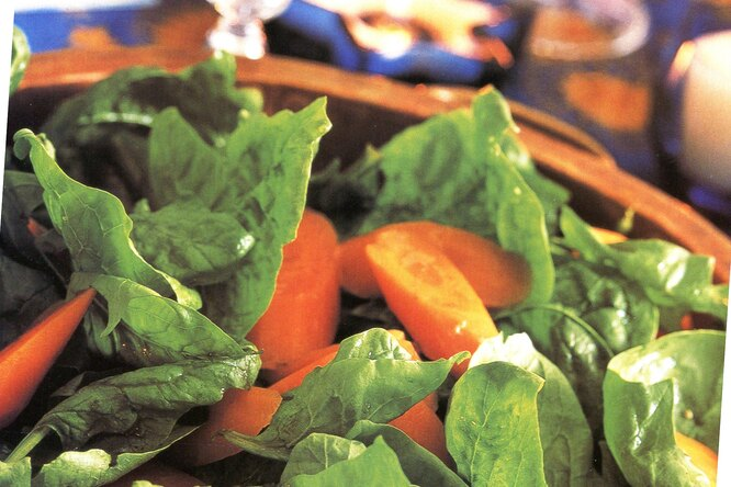 Салат из молодой моркови и шпината