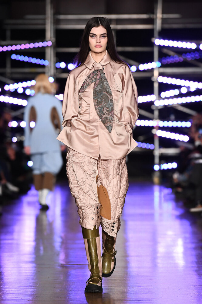 Девушка в брюках-галифе