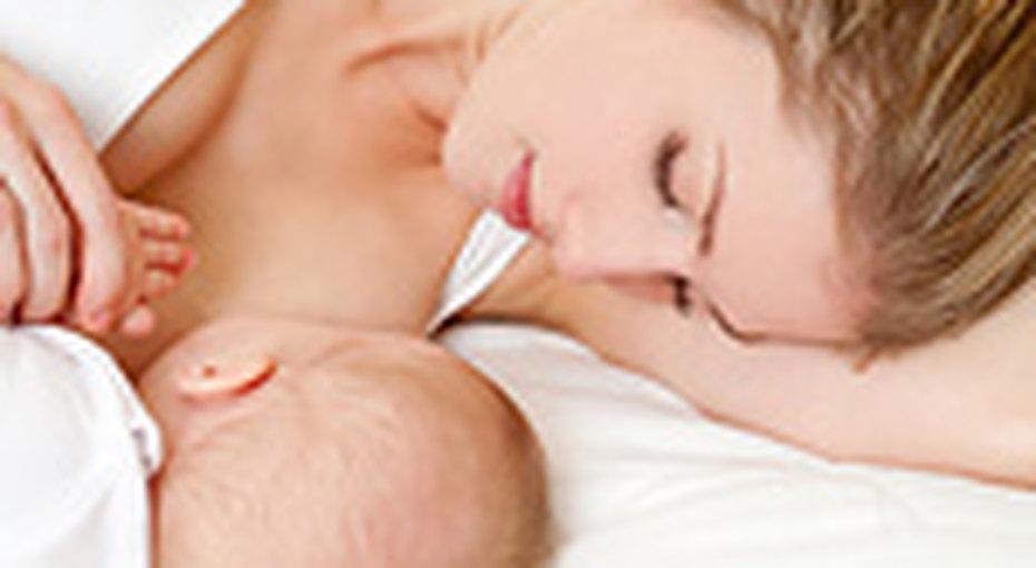 Приемные мамы кормят детей грудным молоком
