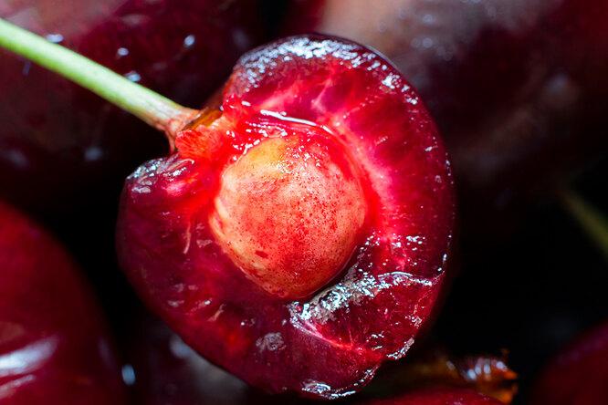 Первое правило – выбираем ягоды, полностью созревшие на дереве, можно даже опавшие. Косточки из черешни с рынка не подойдут