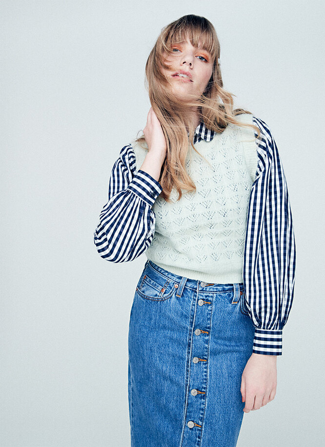 Жилет, Oasis; блуза и заколки, Next; юбка, Levi's; кеды, Superga