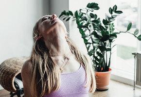 Боремся со «вдовьим горбиком» — гимнастика доктора Шишонина для шеи