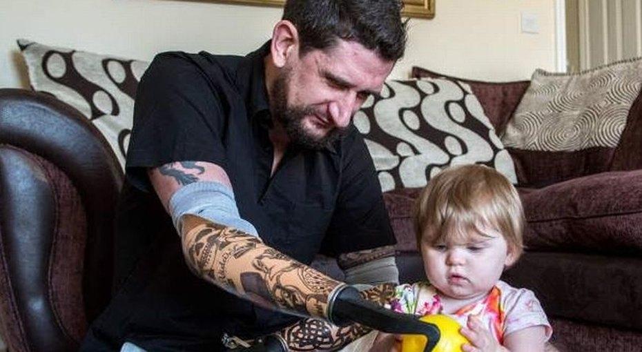 Отец новорожденных близнецов потерял ваварии обе руки изаново учится обнимать детей