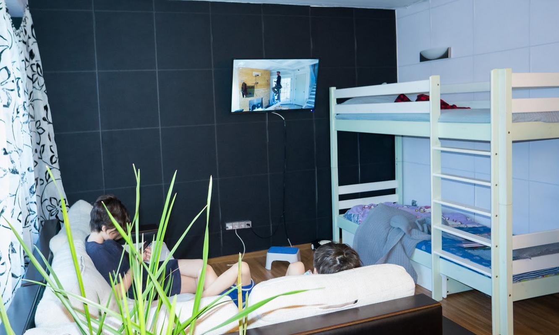 В гостиной стоит двухъярусная кровать для мальчиков
