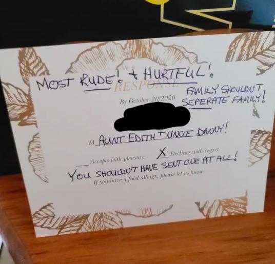 Открытка-приглашение, возвращённая тётей героини