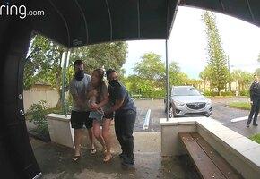 Женщина родила на парковке клиники, не успев снять шорты. Момент родов попал на камеру