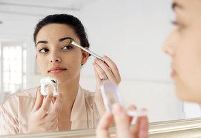 Нависшие веки — не проблема: три простых правила макияжа, которые помогут исправить это