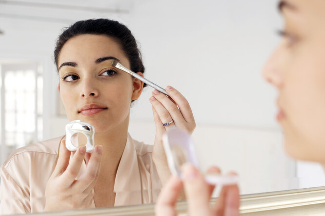 Нависшие веки — непроблема: три правила макияжа, которые исправят это