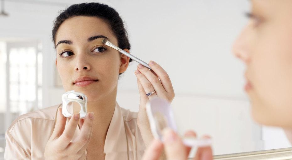 Нависшие веки — непроблема: три простых правила макияжа, которые помогут исправить это
