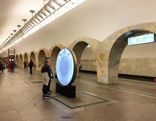 """Станция метро """"Кузнецкий мост"""" (работа Нины Алёшиной) в наши дни"""