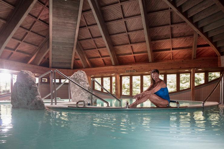 Женщина втермальном бассейне