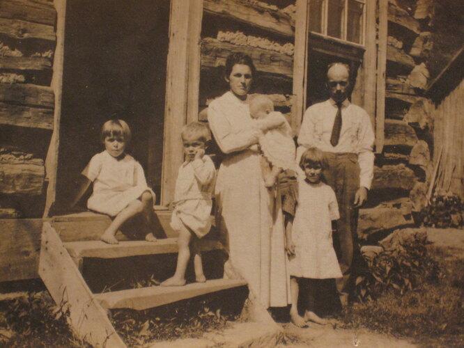 Эмма с мужем и детьми