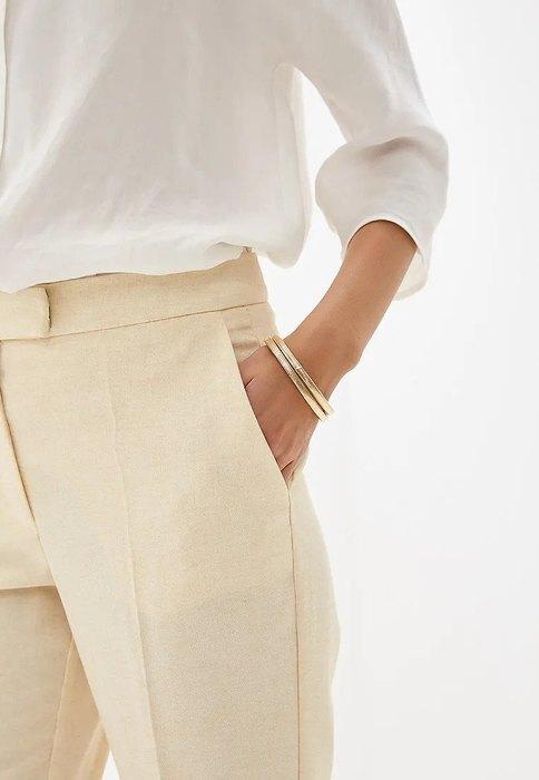 модель в брюках