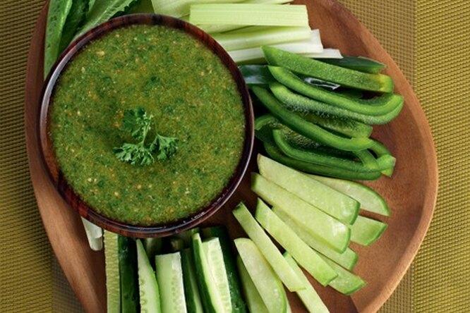 Овощи с зеленым соусом