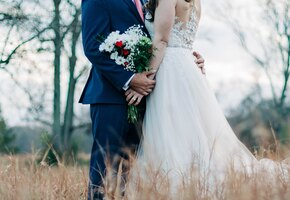 Полицейский устроил свадебную фотосессию в лесу молодоженам, попавшим в аварию