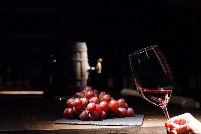 Вино и красный виноград