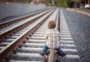 Мужчина спас малыша, попавшего на рельсы, и потратил награду неожиданным образом