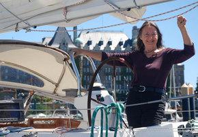 77-летняя женщина совершила кругосветное плавание в одиночку за 330 дней