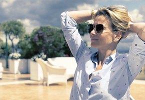 «Ваши ноги сводят с ума»: 46-летняя Юлия Высоцкая показала яркие фото с отдыха на Лазурном Берегу