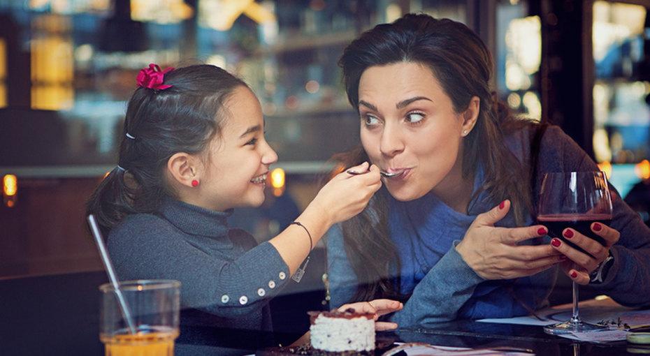 Ресторан запретил наливать родителям больше одного бокала вина, если они пришли наужин сдетьми