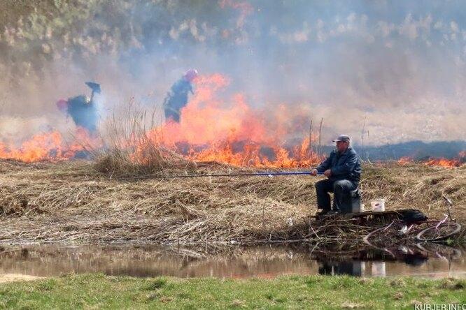 Видео рыбака, который небросил рыбачить во время пожара, стало вирусным