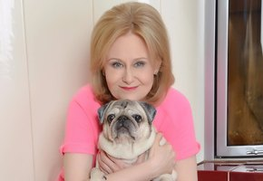 «Тест на красивую походку»: 66-летняя Дарья Донцова похвасталась гибкостью