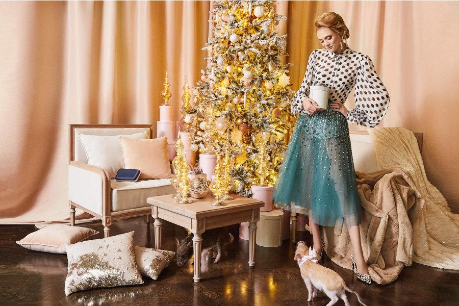 На Кире: блуза, «Ли-Лу»; юбка, Elisabetta Franchi; шуба, Sandro; туфли, Mango; клатч, Coccinelle; серьги, браслет икольца – все Tous