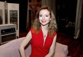 «Счастливая и красивая»: 43-летняя Елена Захарова выложила соблазнительное фото