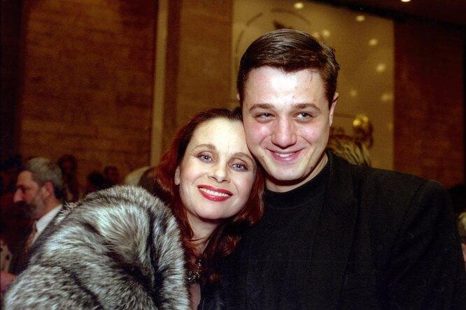«Похожи набабушку»: Алексей Макаров поздравил с90-летием маму Любови Полищук