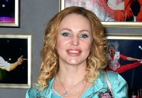 Прекрасные ноги, прекрасная грудь: 45-летняя Алла Довлатова предложила выбрать лучшее фото в купальнике
