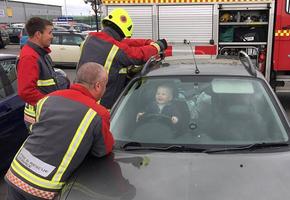 Малыш случайно закрылся в машине и заставил попотеть пятерых пожарных