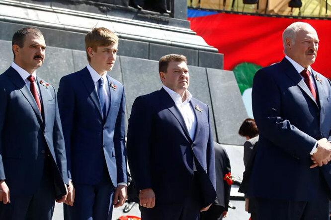 Александр Лукашенко с сыновьями Виктором, Дмитрием и Николаем