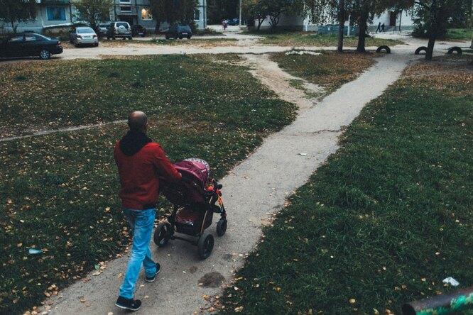 София и Рустам на прогулке у дома Фото: Владимир Аверин для ТД