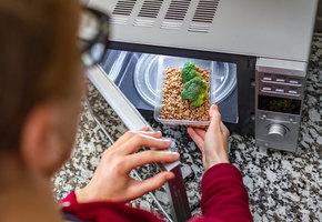8 лайфхаков с микроволновкой, которые могут облегчить вам жизнь