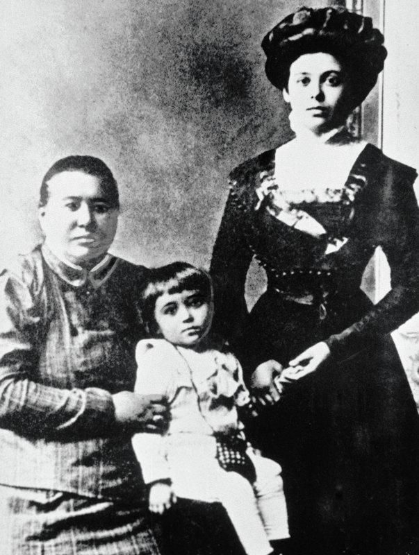 Сергей Королев в детстве с матерью Марией Николаевной Королевой (Баланиной) и бабушкой Марией Матвеевной Москаленко