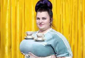 «Украинская мамасита»: Alyona Alyona позирует топлес в космическом образе