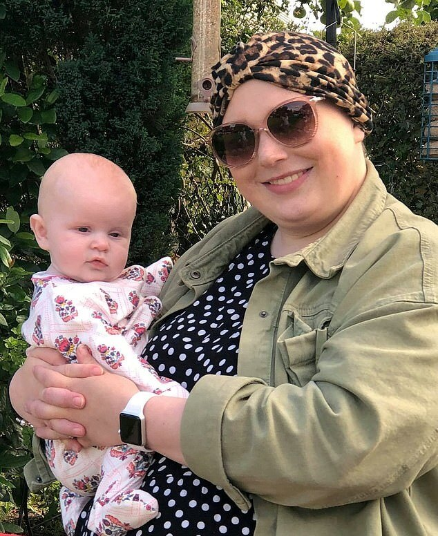 Элли с дочерью Конни во время курсов химиотерапии
