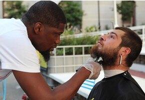 Мужчина бесплатно стриг бездомных — и получил в подарок парикмахерскую