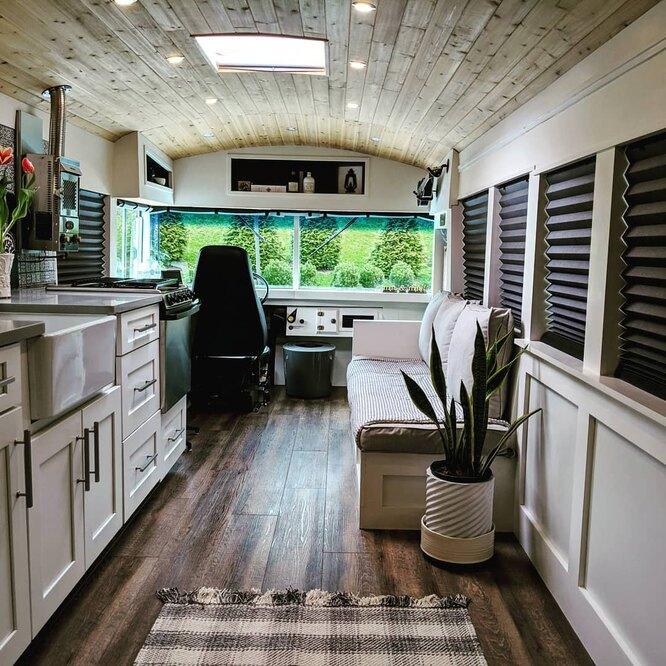 Кухонная зона получилась просторной и функциональной