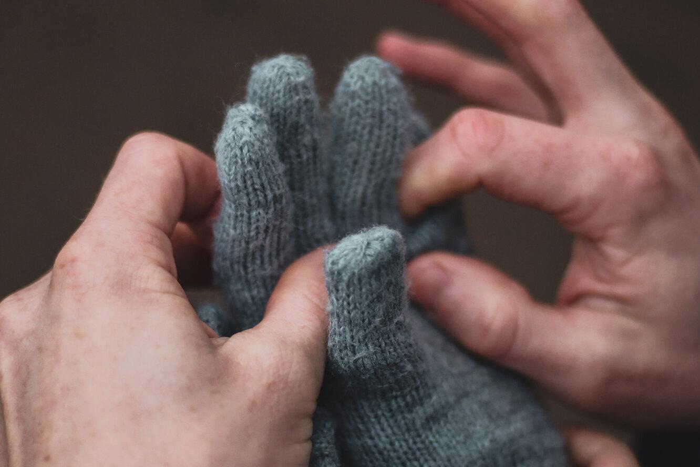 Перчатки в подарок: приметы и суеверия