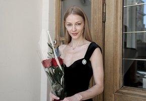 «Воздушная и счастливая»: 36-летняя Светлана Ходченкова стала заслуженной артисткой России